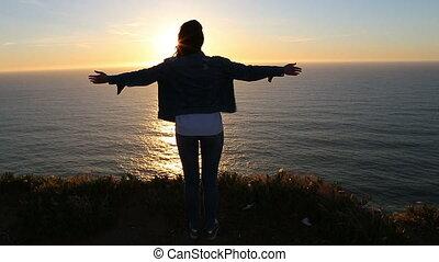 beau, mouvement, lent, touriste, réussi, scénique, sur, scène, jeune regarder, femme, coucher soleil, ocean., apprécier, sunset.