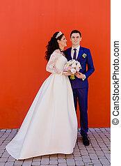beau, mur, couple, nouveaux mariés, rouges
