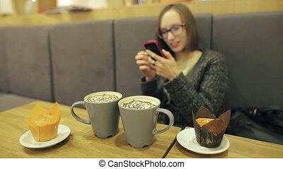 beau, noix coco, smartphone, elle, mobile, boire, app, texting, jeune, conversation, femme, café, femme, utilisation, téléphone., sourire, café, usages, désinvolte, ami, lunettes