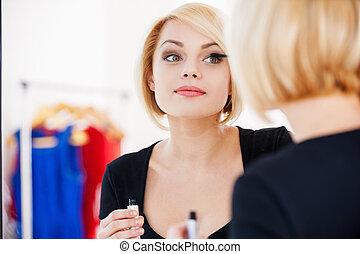 beau, nuit, femme, obtenir, miroir, jeune, cheveux, quoique, blonds, maquillage, prêt, sourire, regarder, dehors.