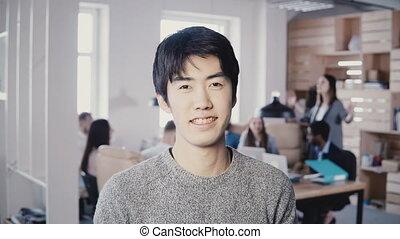 beau, occupé, réussi, bureau., jeune regarder, directeur, appareil photo, poser, 4k, portrait, homme affaires, sourire, mâle, asiatique