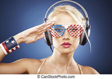 beau, or, habillé, inspiré, écouteurs, swimwear, américain, grille, flag., saluer, blond, modèle, lunettes