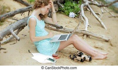 beau, ordinateur portatif, mer, boire, occupé, fonctionnement, jeune, appeler, papiers, plage, affaires femme, séance, ensoleillé, verre, cueillette, jour, téléphone, travail, haut, vin