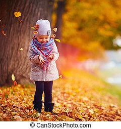beau, parc, automne, bébé, amusement, girl, avoir, heureux