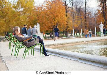 beau, parc, automne, girl, apprécier, jour