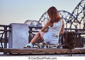 beau, patineur, séance, habillé, short, dos, t-shirt, remblai, pendant, girl, vue, sunset.
