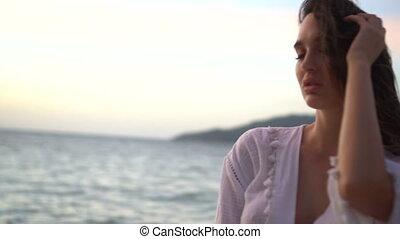 beau, pendant, femme, plage coucher soleil