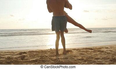 beau, petit ami, vacation., bras, sien, girl, lent, elle, jeune, étreinte, il, sauts, plage, femme, autour de, couple, tournoyer, filer, homme, seaside., ensemble, mouvement, amusement, avoir, sunset.