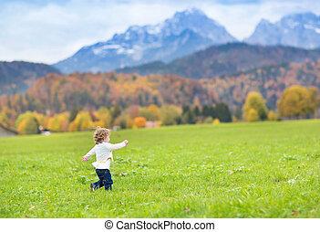 beau, peu, co, champ neige, courant, entre, girl, enfantqui commence à marcher