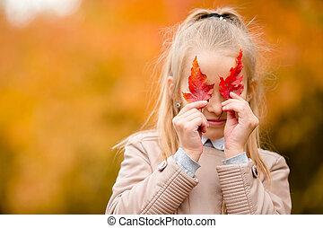 beau, peu, feuille, dehors, parc, jaune, automne, chaud, automne, girl, adorable, jour