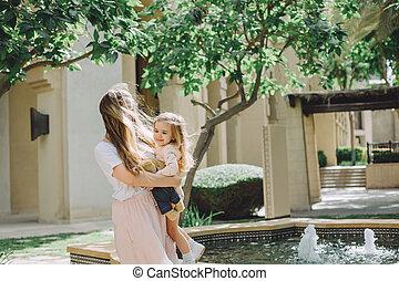 beau, peu, fille, elle, ensoleillé, avoir, mère, amusement, adorable, jour, heureux