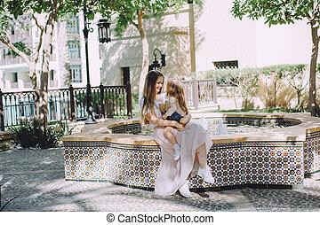 beau, peu, fille, elle, fontaine, mère, amusement, adorable, avoir, heureux