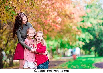 beau, peu, gosses, famille, outdoor., ensoleillé, automne, maman, diminuez jour, heureux