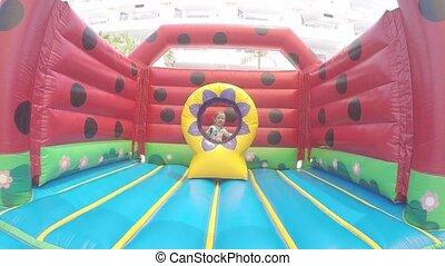 beau, peu, lent, gonflable, sauter trampoline, girl, motion: