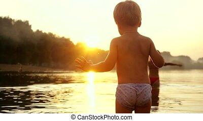 beau, peu, lent, stands, motion., enfant, vacances, coucher soleil, temps, pendant, plage, heureux