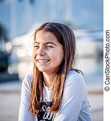 beau, peu, regarder, appareil photo, portrait, fille souriant, heureux