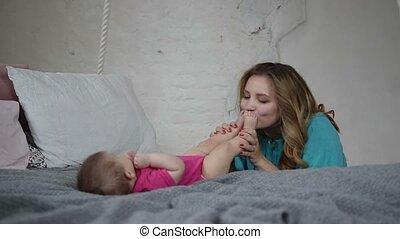 beau, pieds, bébé, nouveau né, mère, baisers