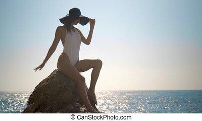 beau, pierre, vagues, baigner, regarde, mer, complet, sexy, girl, assied, chapeau, blanc