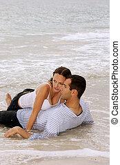 beau, plage, têtes, espace, autre, pleinement, sommet, clothed., eau, jeune regarder, top., toucher, chaque, left., copie, couple, pose