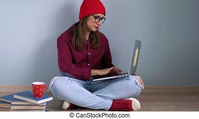 beau, plancher, ordinateur portable, séance, utilisation, maison, girl