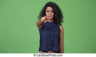 beau, pointage, femme affaires, jeune, hispanique, appareil photo