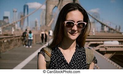 beau, pont, brunette, lunettes soleil, mode, 4k., promenade, brooklyn, femme, devant, voyageur, apprécier, caucasien, vue