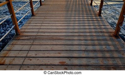 beau, pont, marche, gens, bois, grand, métrage, long, océan, 4k, vagues, rouler, jetée, sur, sea.