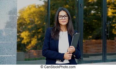 beau, porter, concept, étudiant, femme affaires, appareil photo, professionnel, tient, jeune regarder, directeur, documents, femme, sourire, dehors, portrait, girl, complet, folder., lunettes