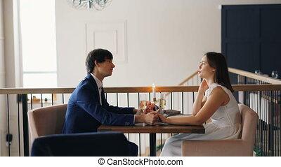 beau, porter, dress., gens, couple, séance, jeune, conversation, femme, mains, ensemble., tenue, complet, date, restaurant, homme, habillement, heureux