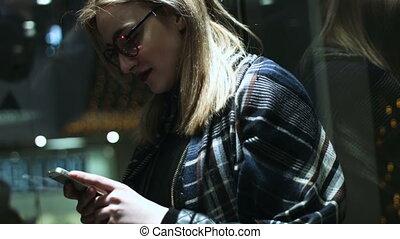 beau, porter, femme, elle, haut, ascenseur, écriture, téléphone portable, quoique, aller, blond, message, lunettes