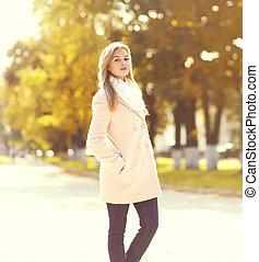 beau, porter, femme, ensoleillé, parc, jeune, automne, rose, manteau