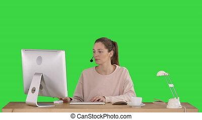 beau, porter, femme, fonctionnement, casque à écouteurs, chroma, jeune, écran, informatique, vert, key., désinvolte