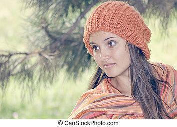 beau, porter, femme, jeune, automne, orange, chapeau