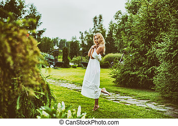 beau, porter, femme, jeune, long, robe blanche