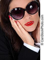 beau, porter, femme, lunettes soleil
