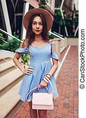 beau, porter, marche, extérieur, mode, jeune, accessories., portrait femme, élégant, girl, ville
