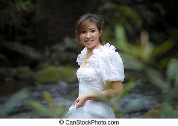 beau, porter, plus jeune, femme, naturel, debout, vert, asiatique, fond, robe blanche