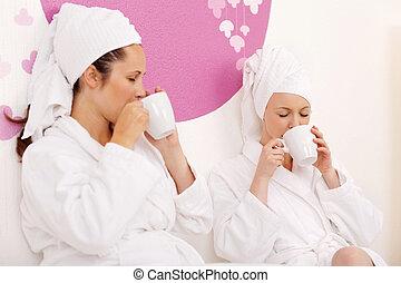 beau, porter, robes, deux, jeune, spa, bain, femmes