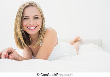 beau, portrait, lit, femme, heureux