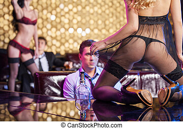 beau, premier plan, danseurs, taquiner, hommes, club., voir, divertir, par, blonds, bande, sexy, girl, robe