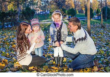 beau, quatre, délassant, famille, parc, jeune, automne, apprécié