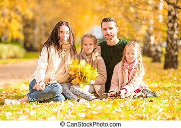 beau, quatre, famille, automne, dehors, jour, heureux