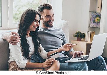 beau, quel, pointage femme, elle, séance, get., ordinateur portable, jeune, ensemble, divan, crédit, quoique, mari, choisir, tenue, sourire, carte
