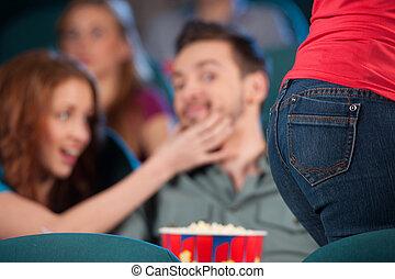 beau, quel, sien, girl, séance, hommes, jeune regarder, quoique, petite amie, at?, dépassement, vous