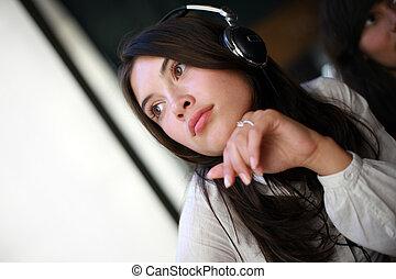 beau, rêvasser, femme, jeune, écouteurs