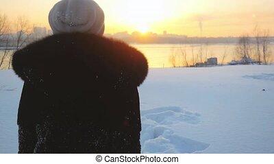 beau, randonneur, femme, hiver, congères, neigeux, neige, mouvement, lent, par, promenades, pendant, jets, nature, sunset.