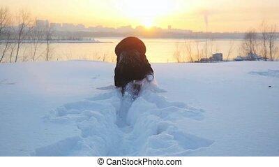 beau, randonneur, lent, hiver, neigeux, nature, congères, mouvement, neige, avoir, gai, femme, par, promenades, amusement, pendant, dehors, jets, 1920x1080, sunset.