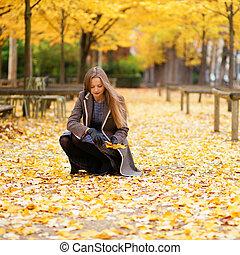 beau, rassemblement, feuilles, parc, automne, girl