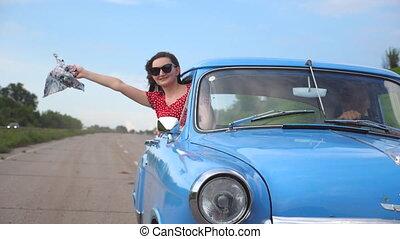 beau, regarde, fin, girl, paysage, dehors, lent, vendange, jeune, arrière-plan., fenêtre, retro, apprécier, femme, auto, main, en mouvement, ride., voiture, haut, mouvement, penchant, écharpe