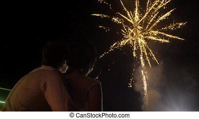 beau, regarder, couple, feux artifice, jeune